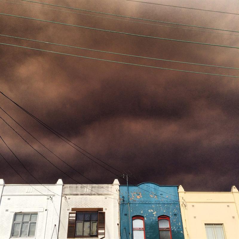 El humo de los incendios cubre hoy el cielo de Newtown (Australia).