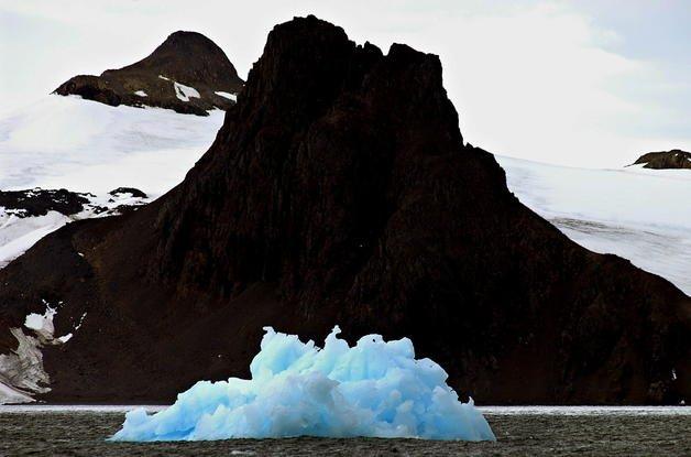 Foto de archivo de un témpano flotando en la Isla Rey Jorge, en la Antártida uruguaya.