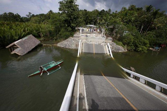El puente Abatan ha quedado destruido tras el terremoto de 7,2 grados de magnitud en Loon (Filipinas)