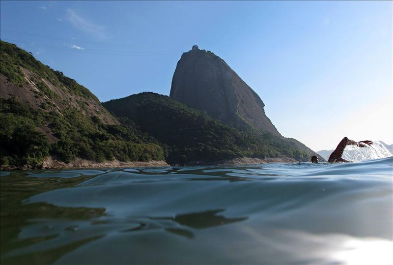 Un hombre nada en la playa Vermelha en Río de Janeíro. EFE/Archivo