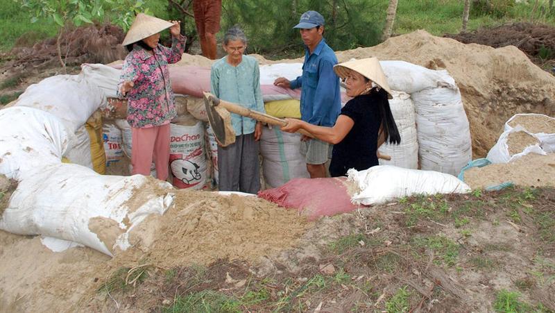 Vietnamitas cavan trincheras antes de la llegada del tifón Haynam para guarecerse del viento. EFE