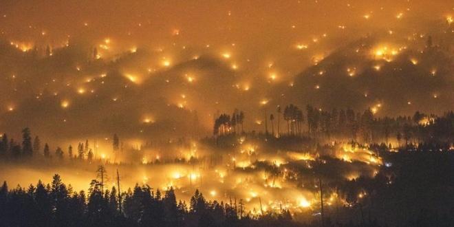 Una imagen de larga exposición del incendio del parque Yosemite. EFE/Stuart Palley
