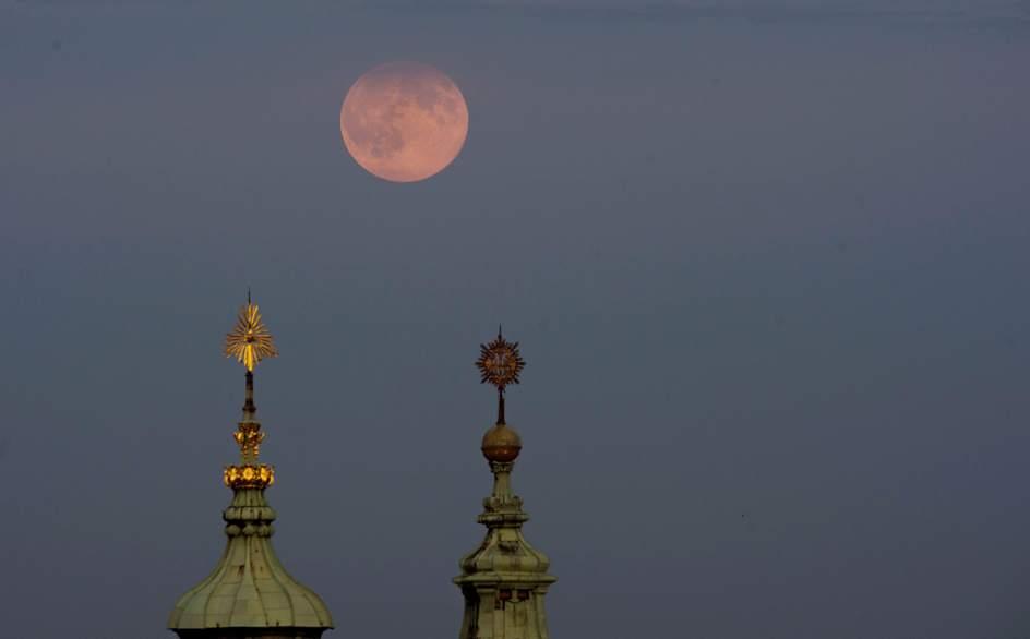 SUPERLUNA ROJA EN PRAGALa luna llena se levanta sobre las cúpulas de la iglesia de San Nicolás en Praga. (EFE)