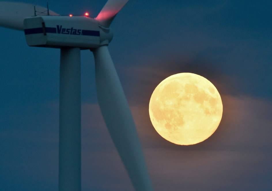LUZ BRILLANTE DE LA SUPERLUNALa superluna ilumina un aerogenerador en Brandenburgo, Alemania. (EFE)