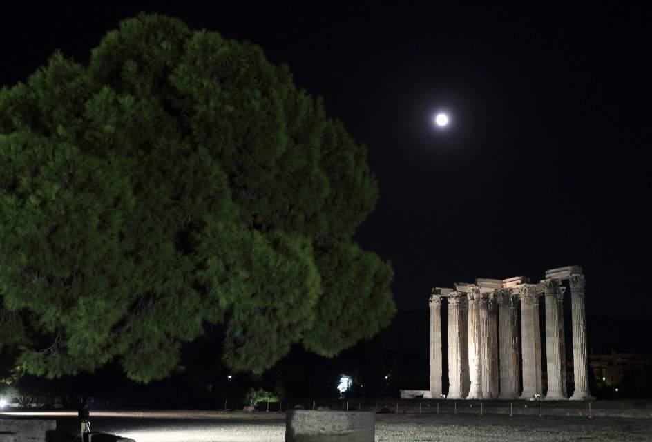 EN ATENASLa superluna también fue visible desde el antiguo tempo de Zeus en Atenas, Grecia. (EFE)