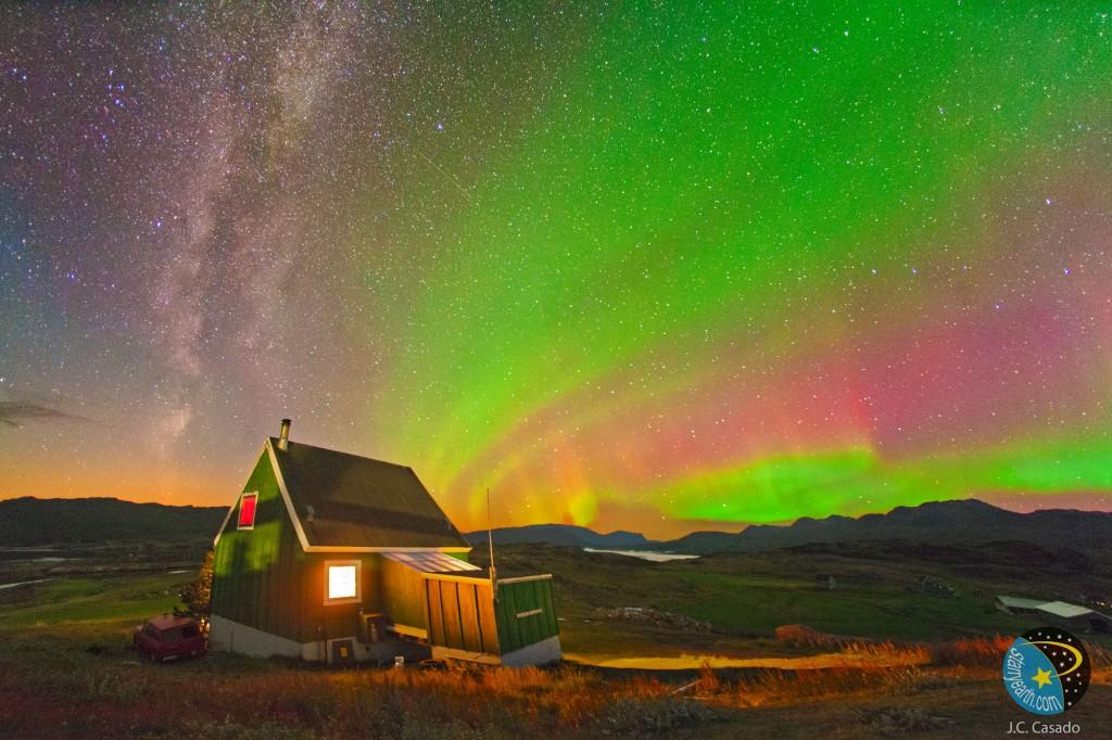 Aurora boreal  fotografiada desde una Granja de Tasiusaq situada al sur de Groenlandia (J.C. Casado-starryearth.com).