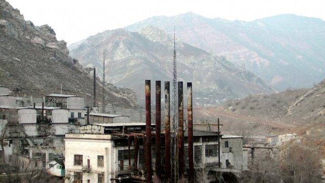 En el centro de Asia, este lugar funcionaba como depósito de desechos de Uranio. Actualmente, los pobladores de este pueblo de escasos recursos deben convivir con esos desechos.