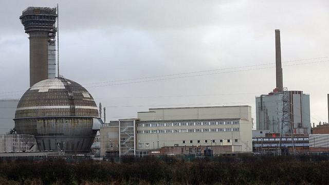 El sitio antes era conocido como Windscale y ahí se localizaba una planta nuclear. Después de una explosión en uno de sus reactores, contaminó el sitio por completo y se tuvo que cubrir una gran superficie con cemento.